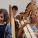Marcella und Elsa beim Harfenspiel