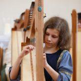 Marcella musiziert auf ihrer Böhmischen Harfe