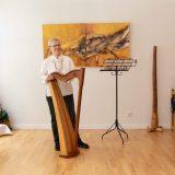 Bettina Kallausch mit der Böhmischen Harfe