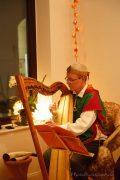 Bettina Kallausch vom Klanghaus beim Musizieren auf der Harfe