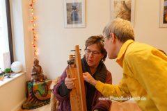Bettina Kallausch beim Harfenunterricht